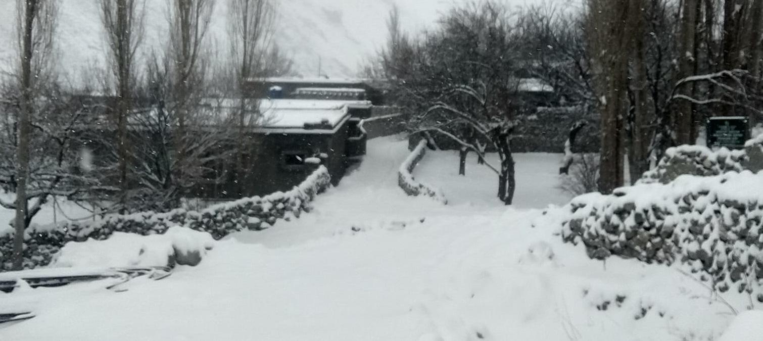 شدید برفباری سے نگر اور ہنزہ کے بالائی مقامات بُری طرحمتاثر، تجارتی مراکز ٹھنڈے پڑ گئے