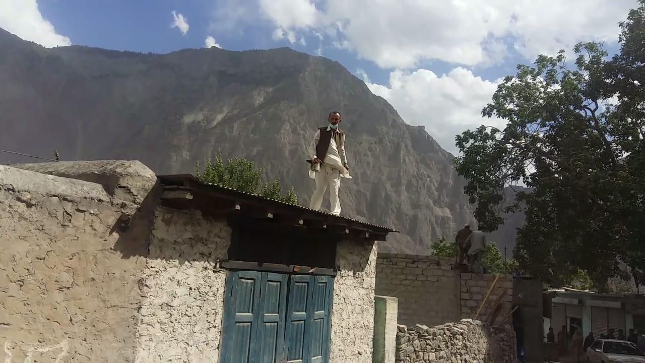 دکان کو گرانے کی کوشش کے خلاف احتجاج، ایک شخص خود سوزی کے لئے عمارت کی چھت پر چڑھ گیا