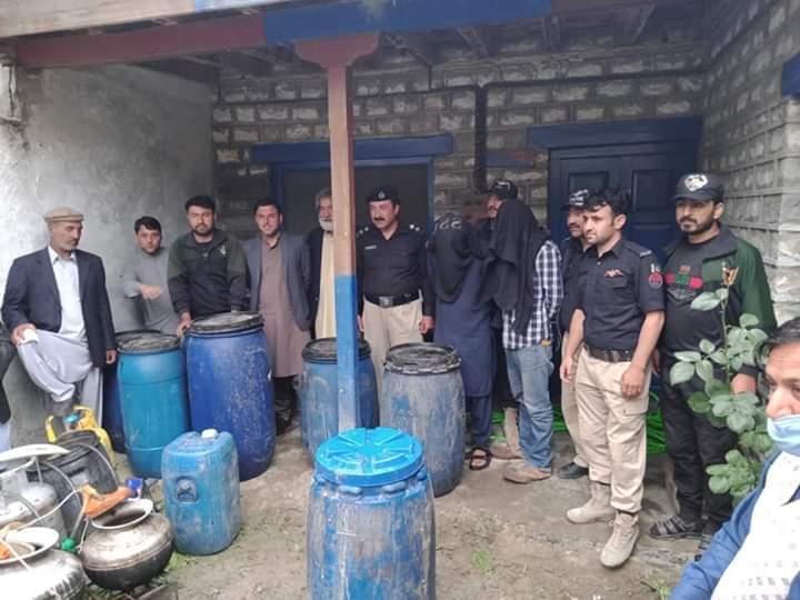 مناپن پولیس کی کامیاب کاروائی، مویشی خانے میں نصب دیسی شراب بنانے کا پلانٹ پکڑا گیا