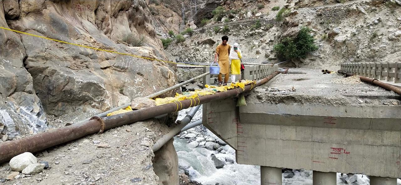 سیلاب متاثرین نے احتجاجآٓ چترال مستوج روڈ کئی گھنٹوں تک بندرکھا، بحالی کا کام تیز کرنے کا مطالبہ